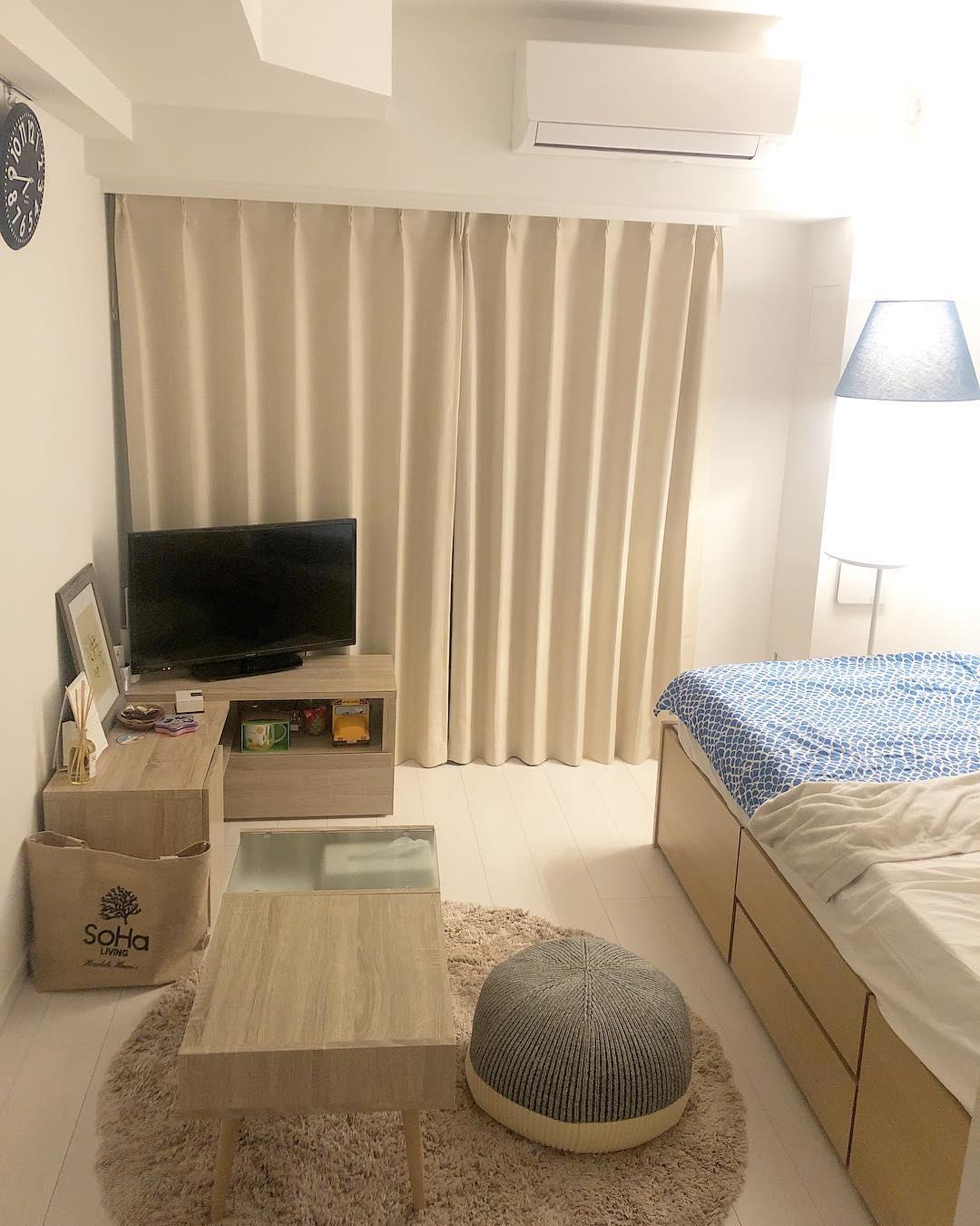 家具の配置を壁際に寄せたインテリア