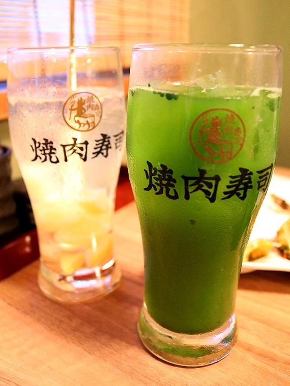 左/「自家製塩レモンサワー」(450円)、右/「特濃抹茶ハイ」(450円)