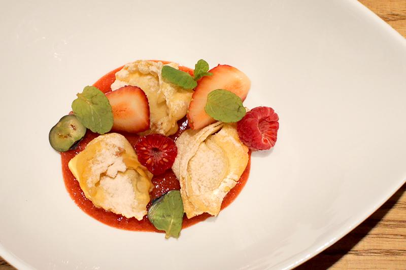 """""""トルテッリーニ""""とは、食材を挟んだ生地を三角形に折り、両端を合わせて指輪状にしたパスタ。少量のスープのことを""""ズィペッタ""""と言う。"""