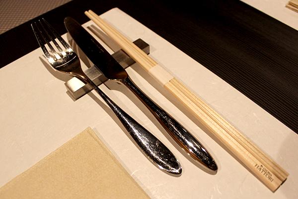 各席には、ナイフ、フォークとセットで箸が常備されている
