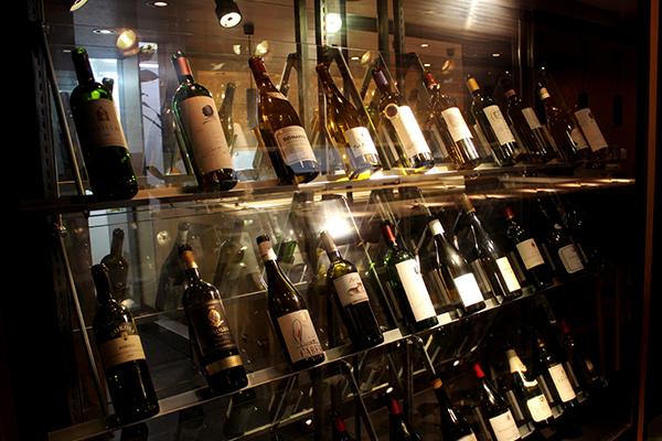 入口にはワインのショーケースが設置されている