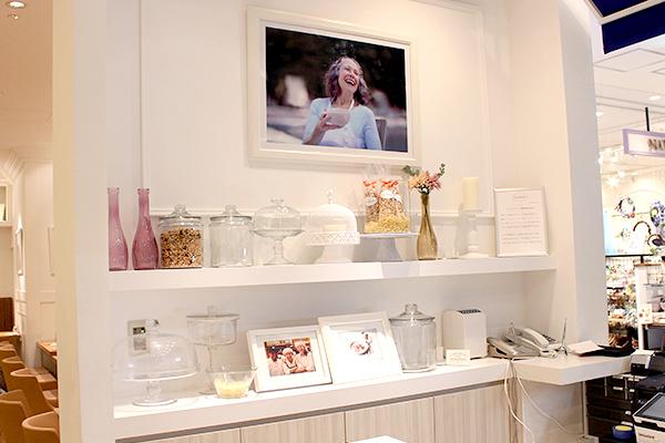 入口には創業者サラベス・レヴィーンさんの写真が飾られている