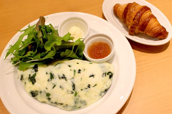「スピナッチゴートチーズオムレツ」(1,450円)クロワッサンが付いてくるよ♪