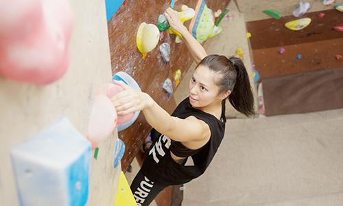 色とりどりの石をたどって、手と足だけで壁を登りきる!『TOBITO』でボルダリング体験!