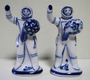 グジェリ村という陶器の産地で作られた宇宙飛行士のフィギュリン。店主さまいわく、「左は初の女性宇宙飛行士テレシコワ、右は人類初の宇宙飛行士ガガーリンだと思われます」♡