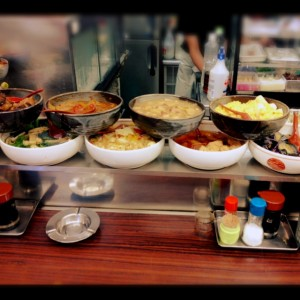 こんな感じでカウンターに大皿料理がずらりと並んでいます