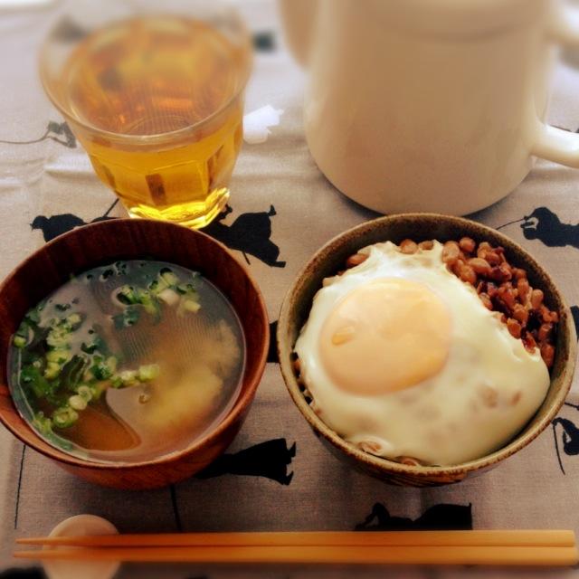 休日の朝のお楽しみ。ソッコーできて超うまい「焼き納豆丼」。