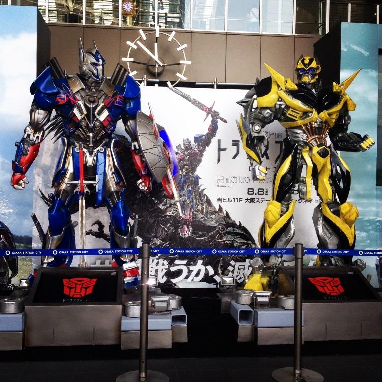 オプティマスプライム様とバンブルビー様、大阪駅に降臨中(但し明日まで)。
