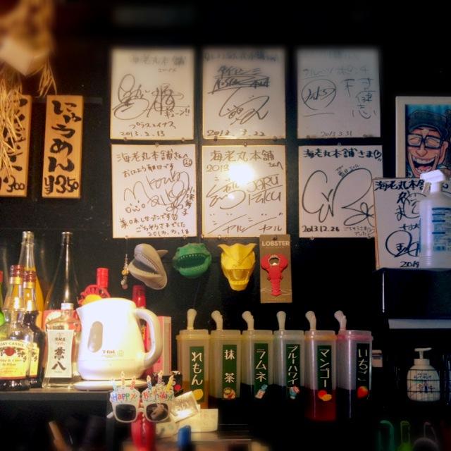 店内には、人気芸人さんたちのサインもズラリ。