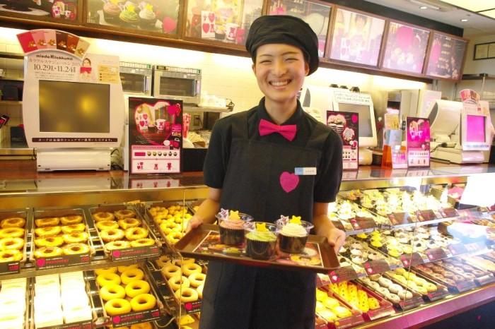 撮影にご協力いただいたスタッフの浜田彩香さん。 笑顔が可愛すぎて卒倒しかけました……