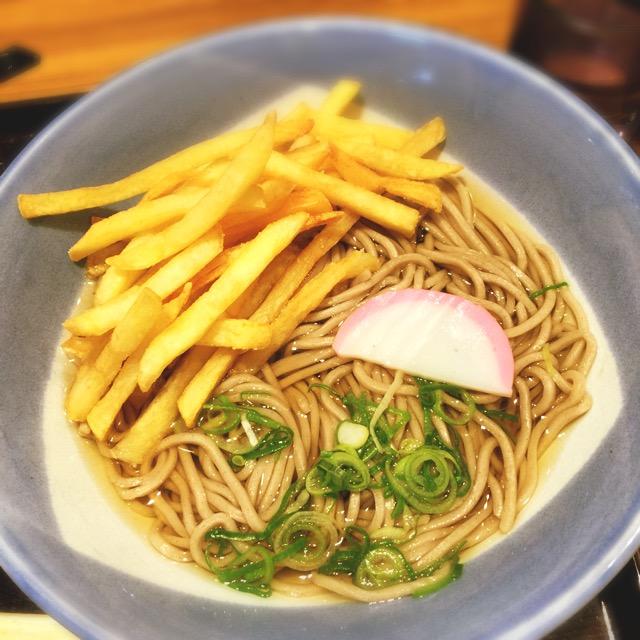 フライドポテトをそばにドーン。阪急「十三駅」構内の『阪急そば 若菜 十三店』の「ポテそば」が旨すぎる件。