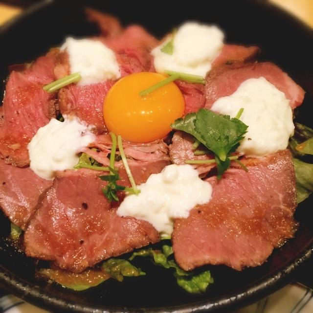 肉食獣も納得の味とボリューム。梅田『鶏匠 IPPO』さんのローストビーフ丼。