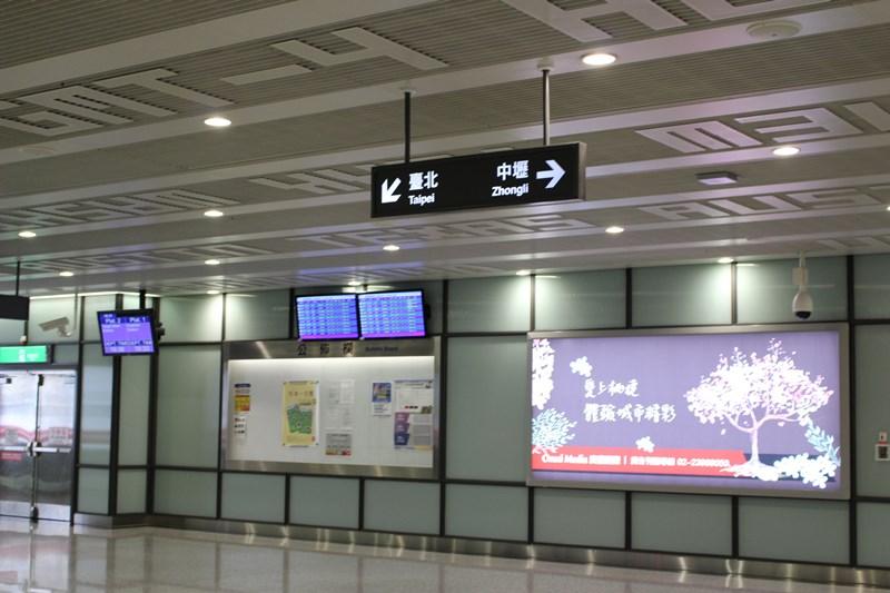 台北駅はこっち