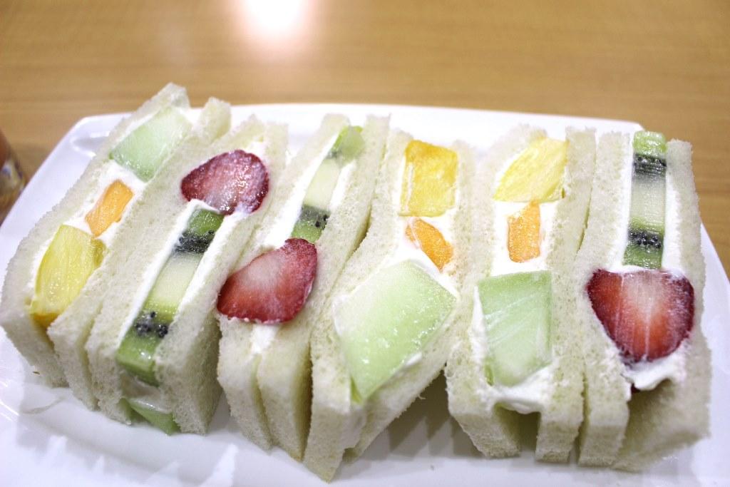 貧乏な学生時代から恋焦がれ続けた味。京都・四条大宮『フルーツパーラー ヤオイソ』でフルーツサンド。