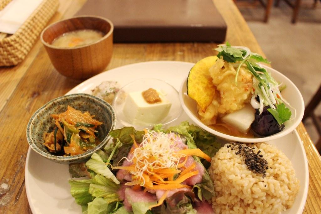 一発で健康になれそうなランチが魅力。京橋『実身美』で「日替わり健康ごはん」。
