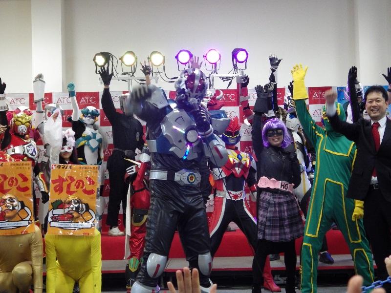 映画『キック・アス/ジャスティス・フォーエバー』公開記念! 大阪の地元ヒーローと、キック・アスたちが「ジャスティス・フォーエバー関西支部」を結成!!