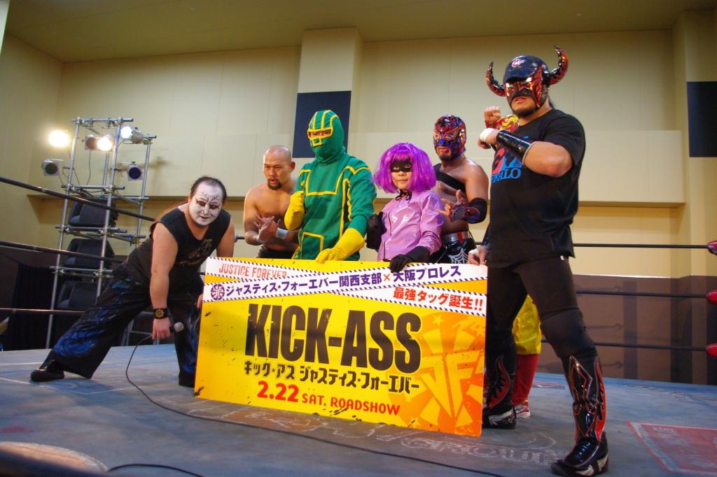 キック・アスとヒット・ガールが、大阪プロレスのリングに乱入! そのワケとは!?