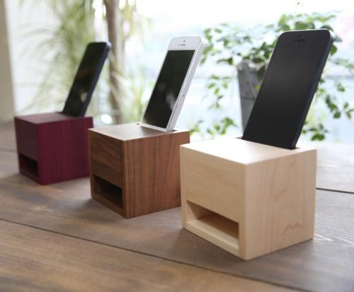 「iPhone Wood スピーカースタンド」(手前よりハードメープル、ウォールナット、パープルハート・各7140円〈4/1~は各7344円〉)