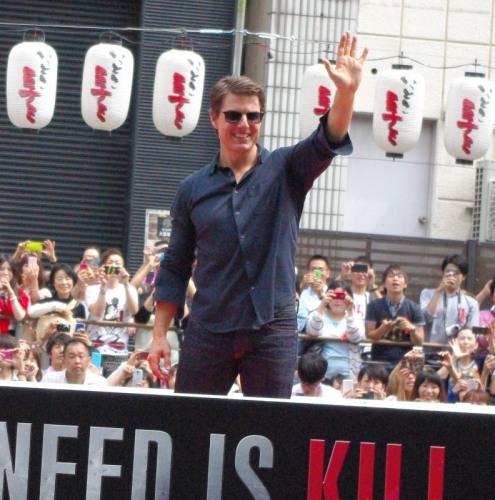 笑顔でファンの声援に応えるトム
