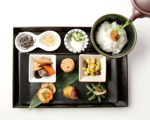 「おばんざい六種とお茶漬け御膳」(972円)