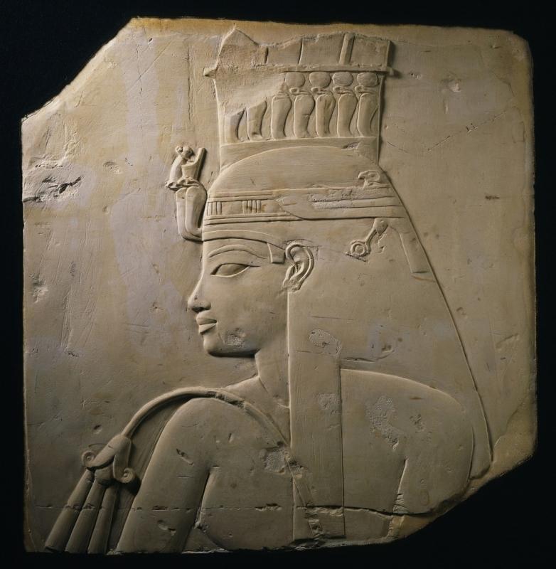 《アメンへテプ 3 世の王妃ティイのレリーフ》  新王国・第 18 王朝時代 アメンヘテプ 3 世治世(前 1388~前 1350 年頃)  ブリュッセル・ベルギー王立美術歴史博物館蔵 (C) RMAH