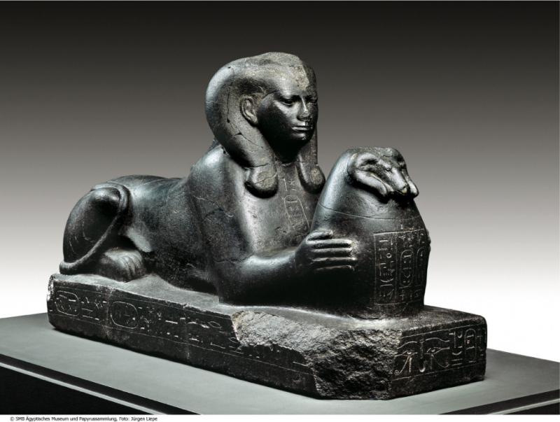 《アメン神妻のスフィンクス》 第3中間期・第25王朝時代 タハルカ王治世~末期王朝・第26王朝時代 プサメティコス1世治世9年(前690~前656年頃)   ベルリン・エジプト博物館蔵 Staatliche Museen zu Berlin – Ägyptisches Museum und Papyrussammlung, inv.-no. ÄM 7972, photo: Jürgen Liepe
