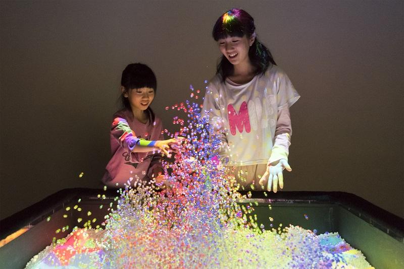「SplashDisplay」(的場やすし・山野真吾・徳井太郎)(C)yasushi MATOBA/shingo YAMANO/taro TOKUI 協力:電気通信大学小池研究室