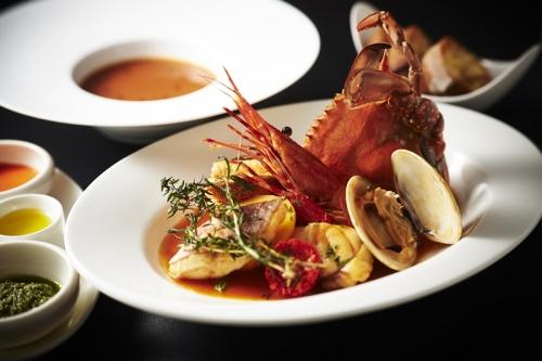 28F『ベイラウンジ』 魚介の旨味がギュッと詰まったマルセイユ風ブイヤベースを、スープとメインで楽しむディナーコース