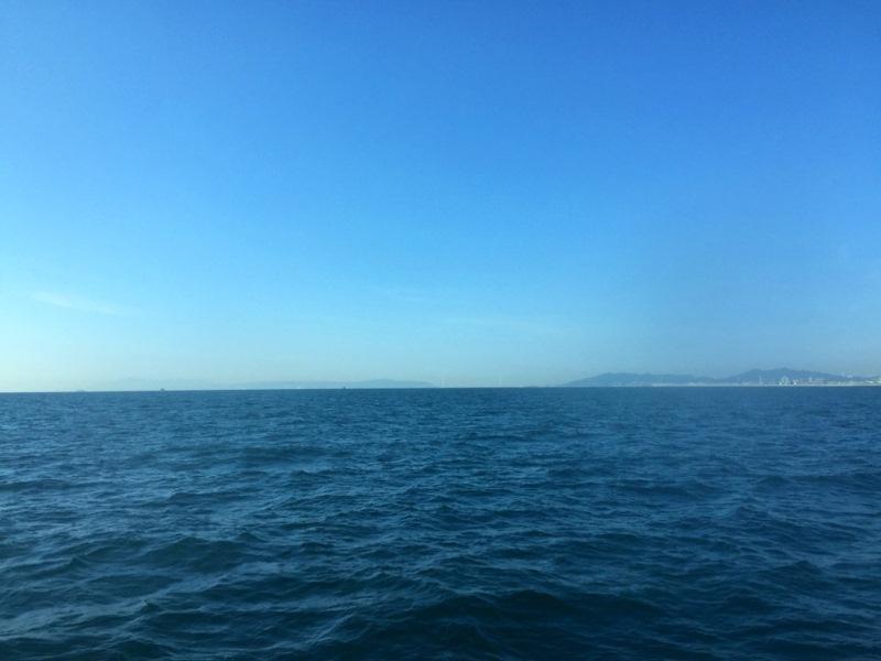 船からは、遠くに『明石海峡大橋』も見ることができる(写真ではわかりにくい……)