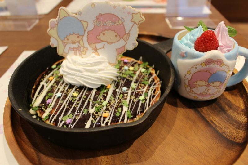 【大阪限定】「お好み焼きみたいな?びっくりパンケーキ~オリジナルマグカップ付き~」(1580円) ※マグカップなしは1280円