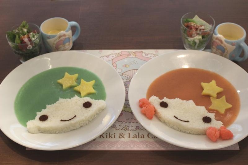 左「キキのシーフードカレー」 右「ララのベジタブルカレー」オリジナルマグカップ付き(1580円) ※マグカップなし1280円