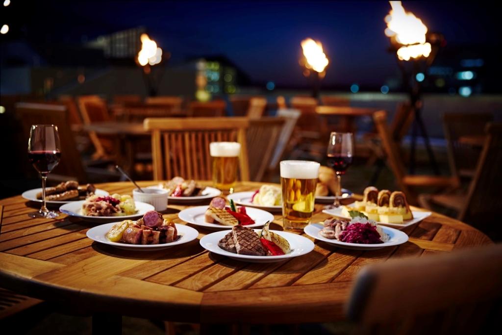 月曜は女性半額!! シティリゾートで楽しむ、『ハイアット リージェンシー 大阪』の「ベイサイドバーベキュー ジャーマンビアガーデン」