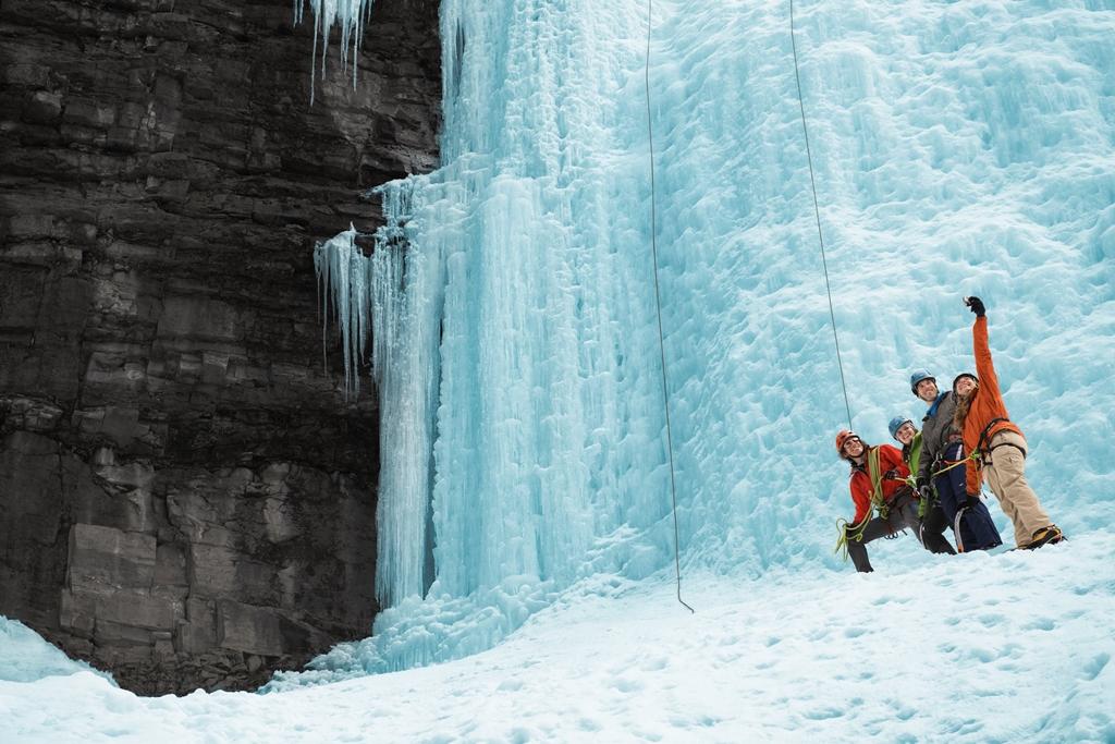 湖でのスケート、アイス・クライミング、犬ぞりで行くオーロラ鑑賞! 今冬はウィンターアクティビティの宝庫、カナダへ!