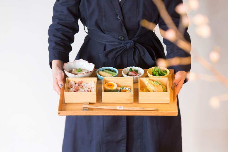 フォトジェニック!古い蔵と中庭を臨む京都・烏丸『居様/IZAMA』のランチ「九種のおばんざい御膳」が春仕様に