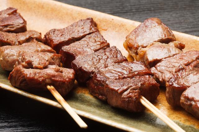 『ココロ焦がれ』の「黒七味香るハラミステーキ串」(700円)