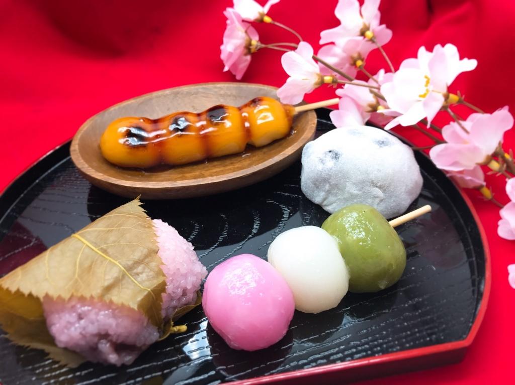 『京都杏仁本舗』の「みたらし団子」、「三色団子」、「桜餅」(各150円)