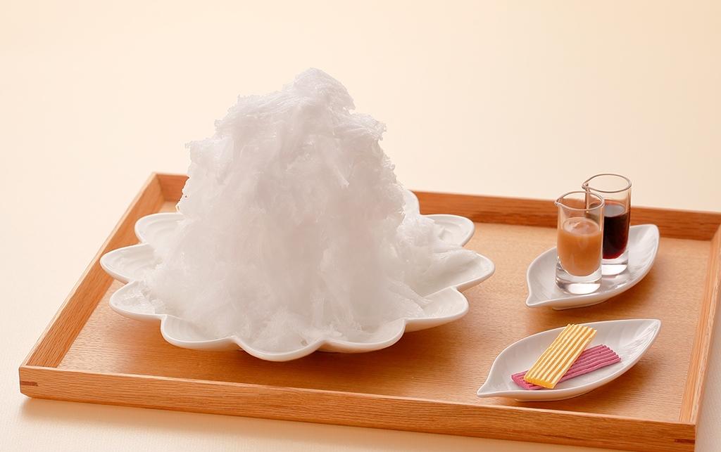 モンブランの雪山の情景を表現した、『マールブランシュ』だけの夏デザート!6/1(木)~9月上旬の期間限定で、天然氷「白い山 モンブランかき氷」新登場