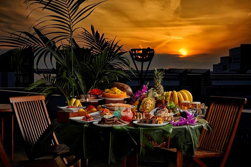 天然芝の屋上ガーデンで楽しむ、『ハイアット リージェンシー 大阪』の「ベイサイドBBQ ハワイアンブリーズ」