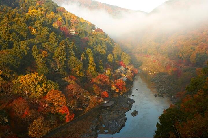 美しく色づいた世界文化遺産の街を、空から楽しむ旅。『星のや京都』で1日1組・期間限定「紅葉ヘリクルーズ」開催