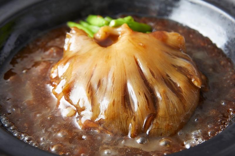 『紅紅火火(ホンホンホゥホゥ)』の「宮城気仙沼産フカヒレ姿煮どんぶり」(2,500円) 茨木で大人気の中国料理店が初出店。「気仙沼のふかひれの本当の美味しさを知ってほしい」という思いのもと、数量限定で名物のどんぶりを用意