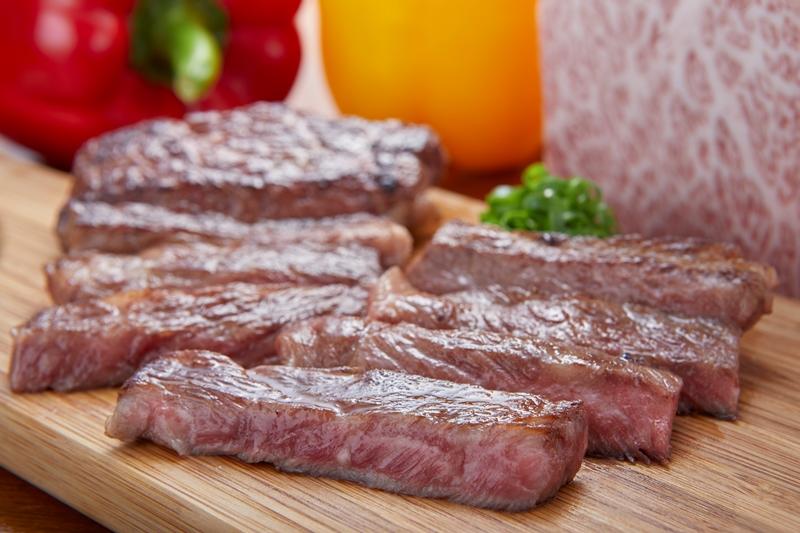 『肉ya!』の「特選和牛A5ランクのステーキ」(1,500円) 食通や有名人も通う東心斎橋の人気店が初登場。肉の伝道師が技と工夫を凝らしたA5ランクのステーキは、同イベントの台風の目になる予感!
