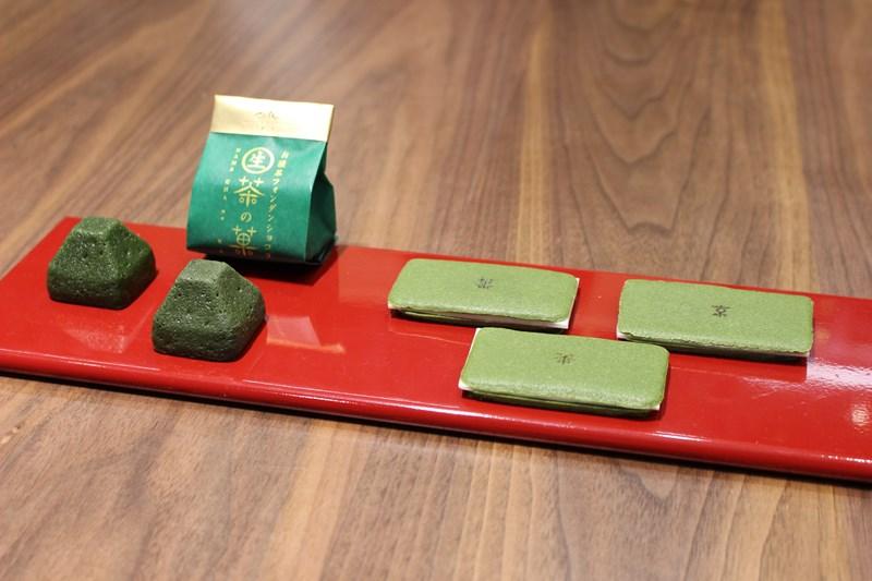 写真右/お濃茶ラングドシャ「茶の菓」、左/お濃茶フォンダンショコラ「生茶の菓」