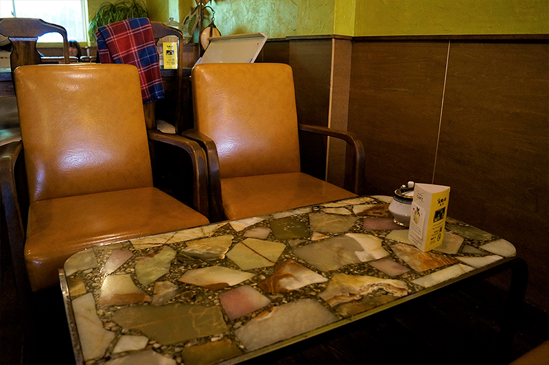アンティークな風合いの太陽ノ塔 本店のソファとテーブル