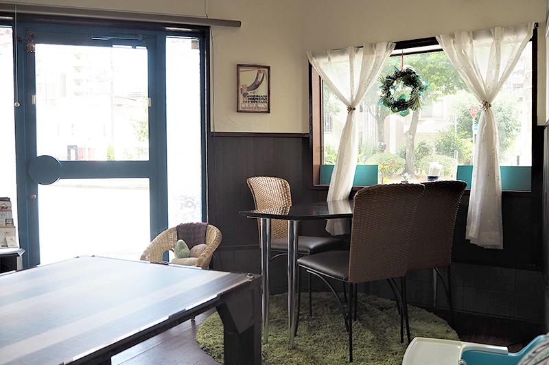 リーベルカフェ店内テーブル席