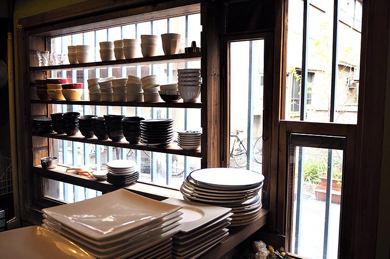 窓辺に並ぶ食器