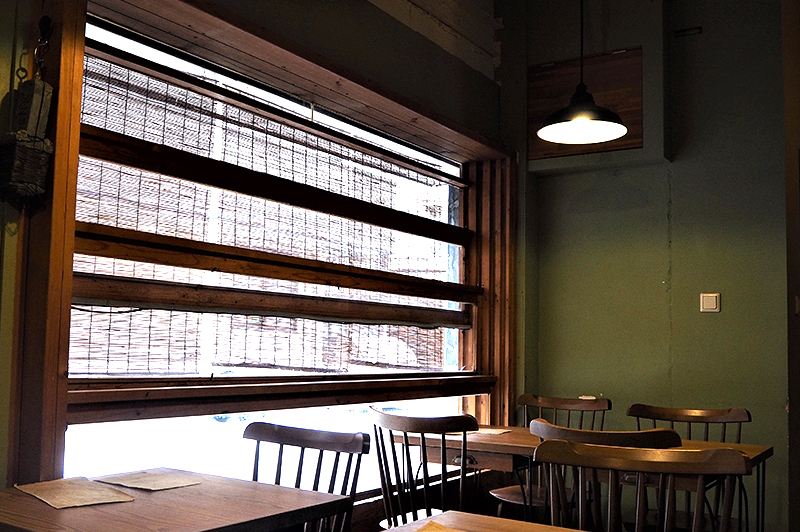 セルクルのテーブル席と大きな窓