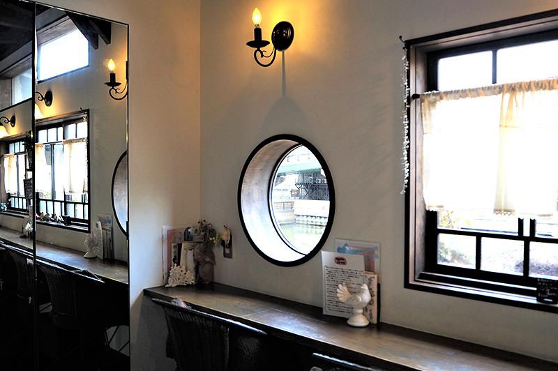 アンチエイジングカフェ ageの丸い窓