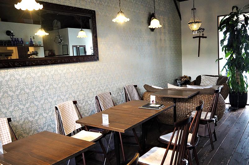 アンチエイジングカフェ ageのソファ席やテーブル席