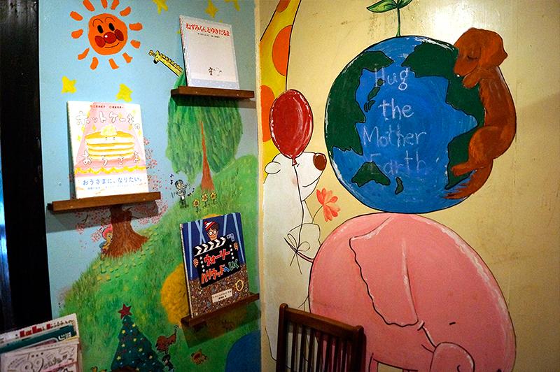 壁に描かれたイラストと絵本
