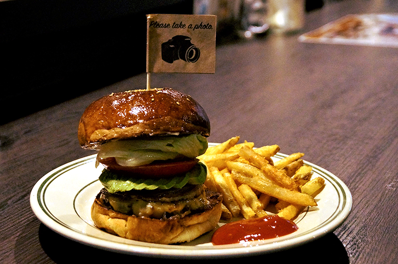 『RICH GARDEN 梅田中崎町店』の肉厚ジューシーなバーガーは一度食べたら虜になる美味しさ